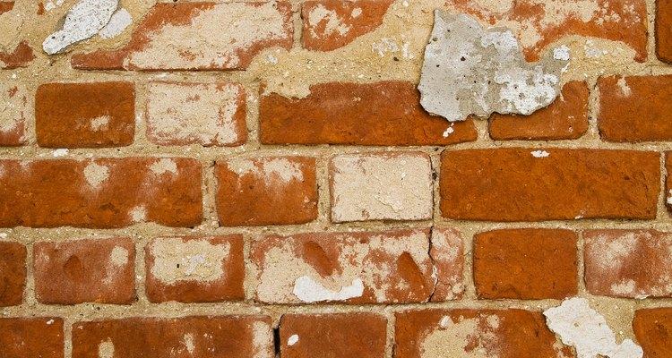 Uma abertura para porta em uma parede de tijolos requer lintéis de aço para suporte