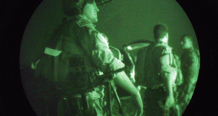 Los Navy SEAL se preparan para las misiones nocturnas en Irak.