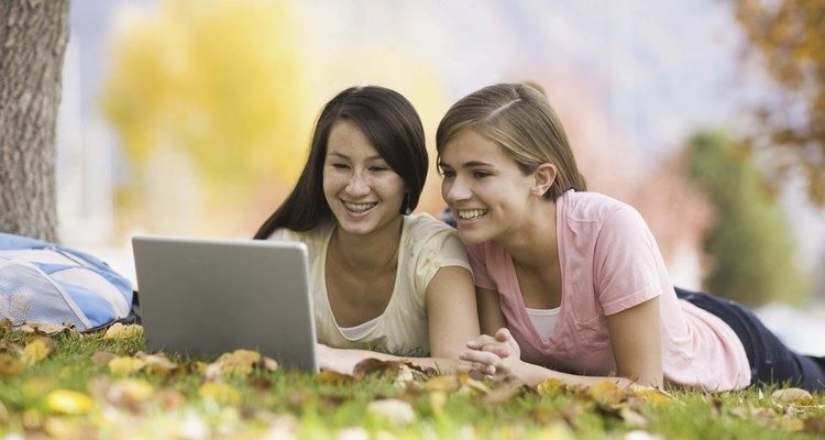 Los adolescentes se mantienen conectados a través de Facebook.