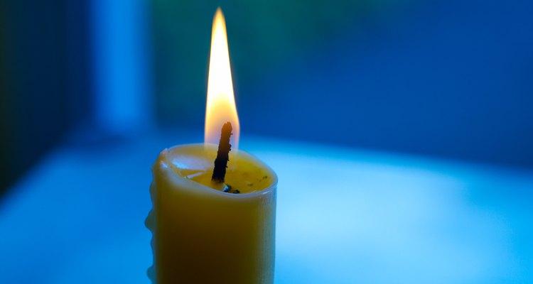 La cera de vela puede derramarse fácilmente en objetos de tela sobre una mesa.