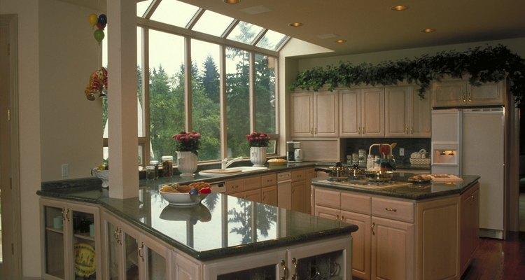 O posicionamento do fogão e do refrigerador ajuda a determinar o espaço da bancada
