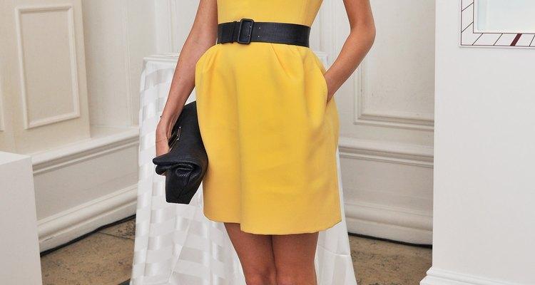 Um vestido liso em tons vibrantes pode ser o básico para substituir o preto