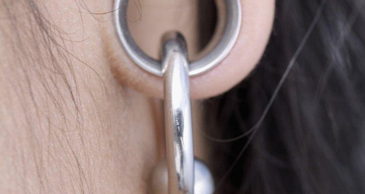 Después de perforar las orejas los aretes tienen que permanecer puestos durante cuatro a seis semanas.