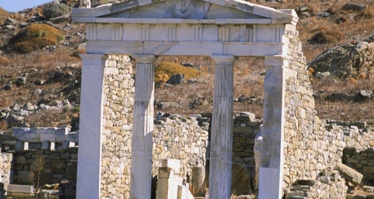 A simetria e o ornamento triangular completam o estilo grego de arquitetura