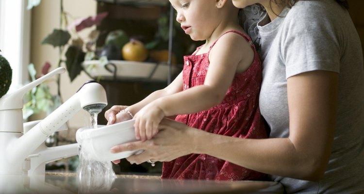 Para evitar la irritación y otros efectos no deseados, conoce los ingredientes químicos de los productos para el hogar.