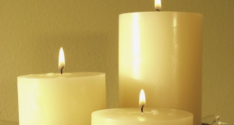 Muchas velas son hechas con parafina.