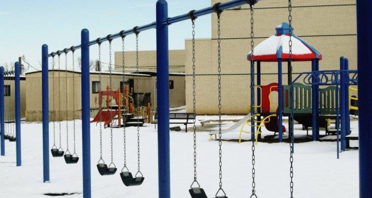 El parque infantil ayuda a los niños a desarrollar habilidades motoras gruesas.