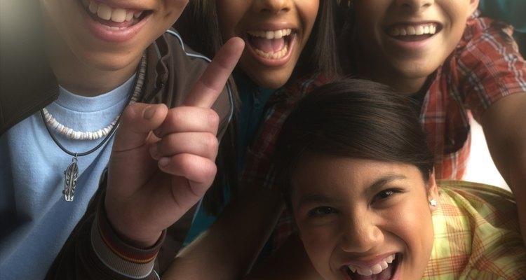 Jogos de construção confiança são ótimas atividades para grupos de adolescentes