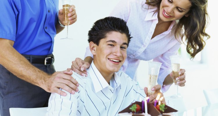 Cuando un joven cumple 18 años, obséquiale regalos que le den la bienvenida a la edad adulta.