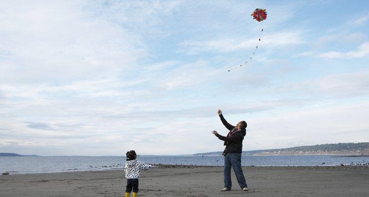 Las actividades en la playa, tales como remontar barriletes y construir castillos de arena siempre son un éxito.