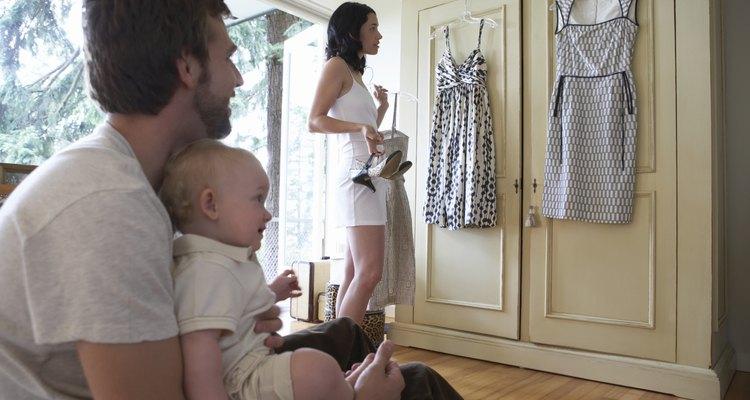 Ponte la prenda, párate derecha y asegura el largo que quieres quitar del vestido.