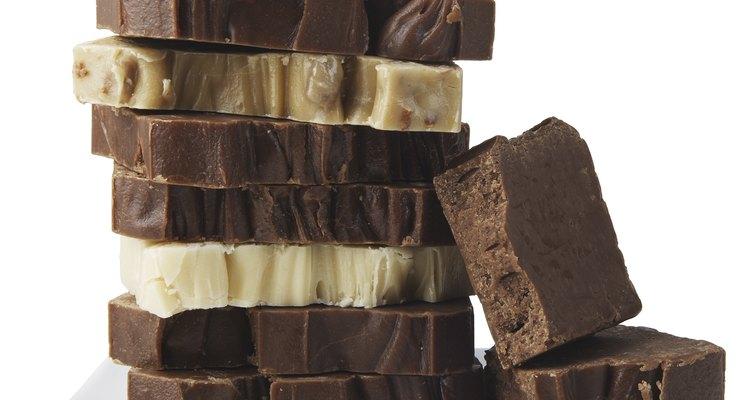 Derrite y templa el chocolate para hacer figuras decorativas.