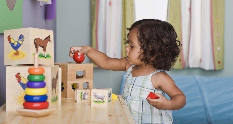 Las pistas de la búsqueda tesoro para los niños pequeños deben ser sencillas.