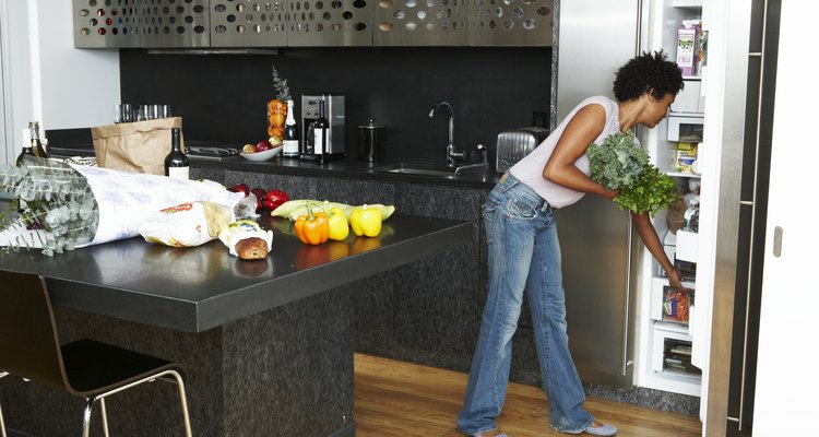 Abre la puerta del refrigerador y encuentra el control de la temperatura para tu unidad.