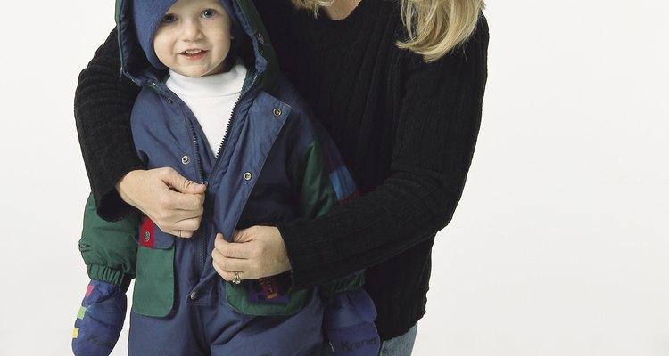 Tu hijo de 2 años podría estar listo para vestirse solo.