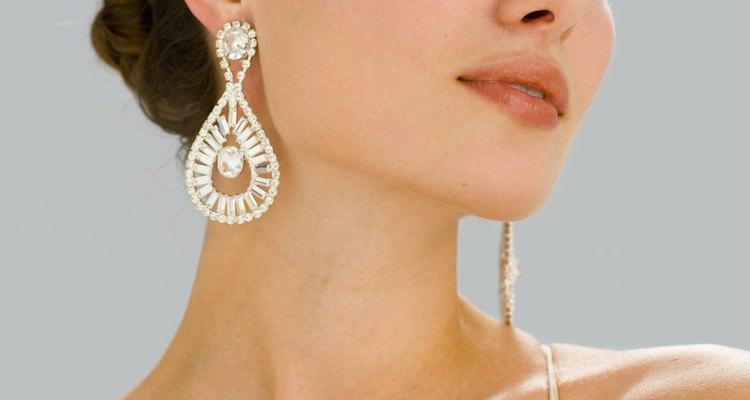 Si usas un collar de diamantes o circonia, usa aretes que hagan juego.