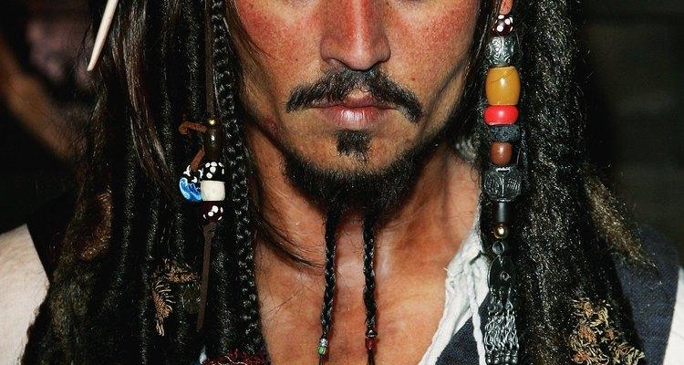 Inspírate en el estilo de peinado del Capitán Jack Sparrow de Disney para tu propio disfraz de pirata.