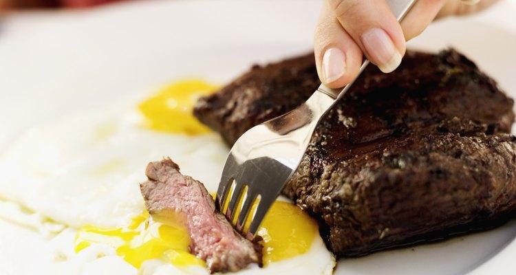 Las fuentes de proteínas son las carnes y los granos, frutas, huevos, verduras, legumbres, nueces y semillas.