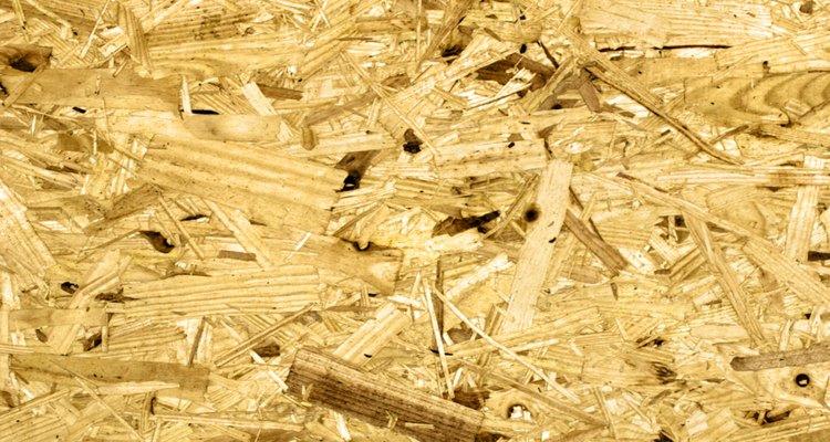 El aglomerado está hecho de pedazos de madera procesados.