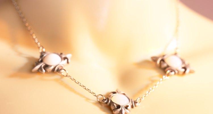 Os colares com correntes são mais fáceis de encurtar do que aqueles com fibras ou confeitos