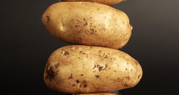 Alguns alimentos básicos que contribuem com uma dieta adequada são as batatas assadas, arroz, pão e manteiga de amendoim