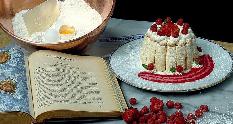 La harina para pastel adquiere color en el proceso de cloración.