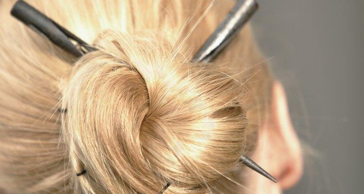 Los palillos son uno de los muchos accesorios de cabello que puedes usar para adornar un rodete desprolijo.