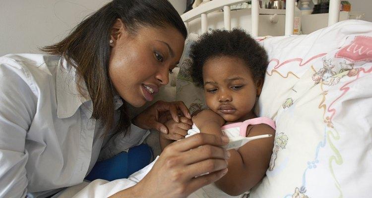 Se o seu bebê cospe a medicação dada, dê a dose correta de remédio antes de alimentá-lo