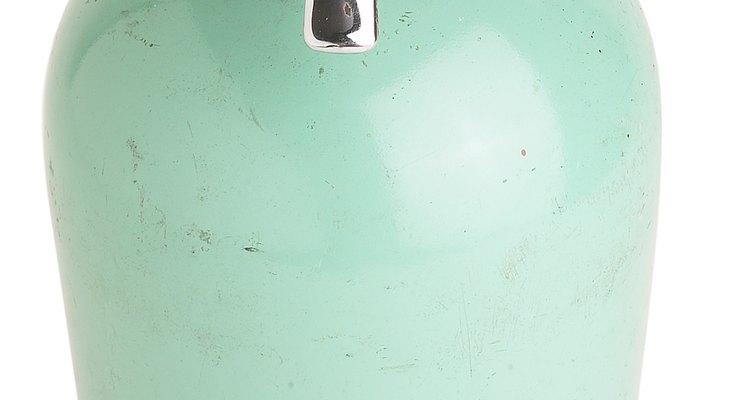 Mantén la boquilla de spray de pintura plástica cerca de 12 pulgadas (30,48 cm) de la superficie de la silla.