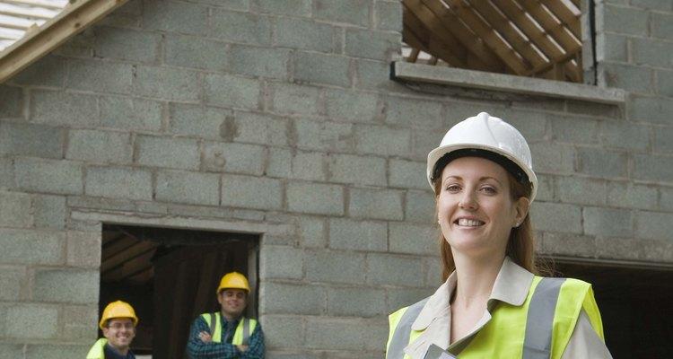 Un inspector de edificios va a determinar el cumplimiento de los códigos de edificación.