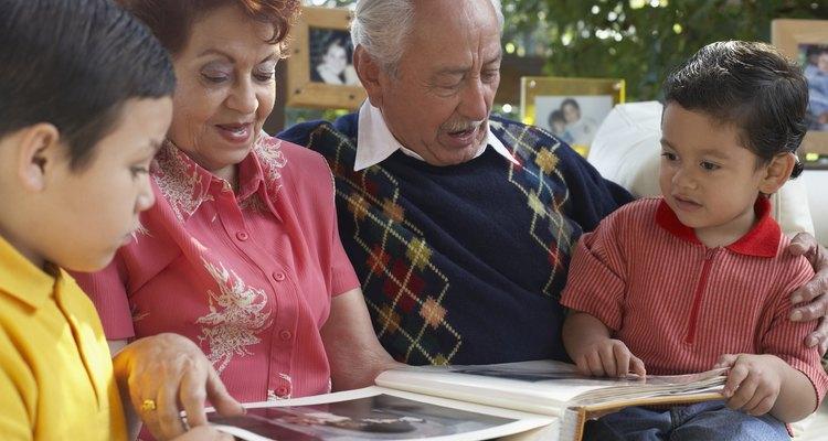 Familia con álbum de fotos