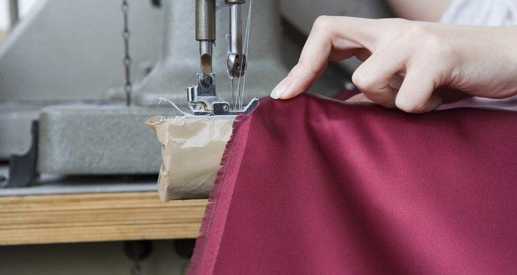 Costurera trabajando en una máquina de coser