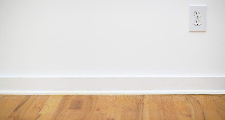 Las paredes blancas con pisos de madera pueden parecer austeras.