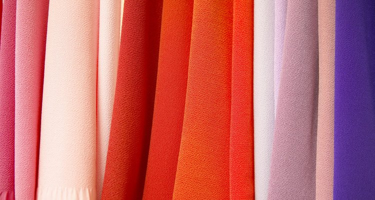 A artista Paula Burch recomenda um produto chamado Retayne, projetado para fixar a tintura no tecido