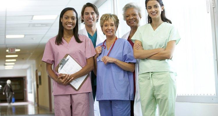 Las enfermeras de nefrología pueden ejercer en una variedad de entornos médicos como hospitales, clínicas de diálisis, programas de trasplante y consultorios médicos privados.