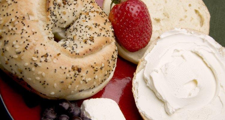 El bagel es un pan que se suele comer en los desayunos untándole mantequilla, mermelada o algún aderezo salado como paté.