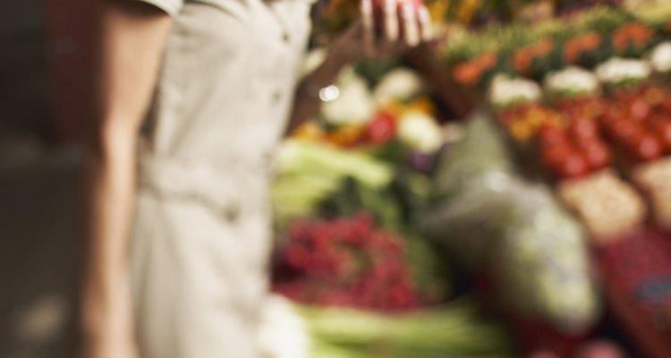 Mujer comprando en el mercado.