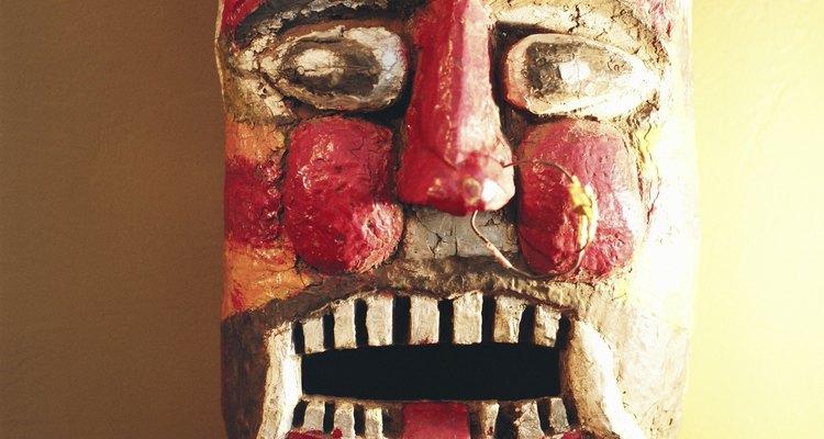 Máscaras de argila podem ser pintadas realisticamente ou estilisticamente