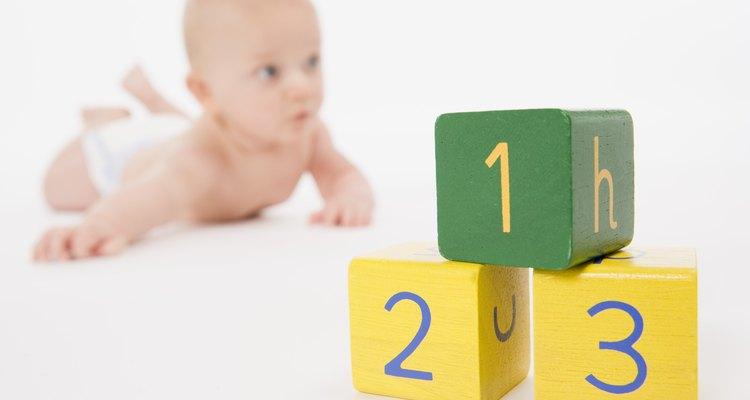En esta etapa, el bebé puede levantar su cabeza y la parte superior del cuerpo mientras se encuentra boca abajo.