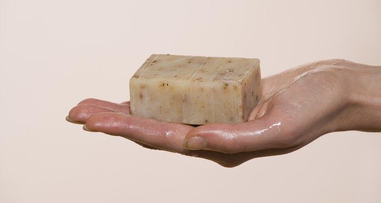 Tomar banho com um sabonete que contenha piritionato de zinco pode ajudar a combater os sintomas da rosácea