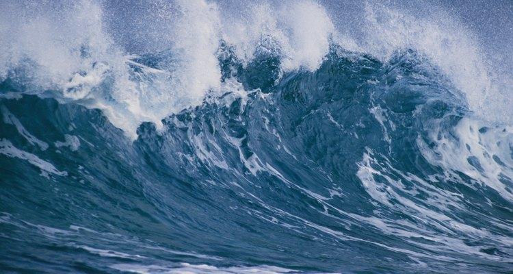 Los tsunamis crean una gran ola que se adentra en la tierra.