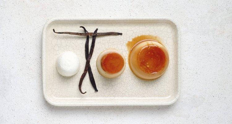 Usa huevos enteros y leche con 2% de nata para una versiòn más ligera de este flan.