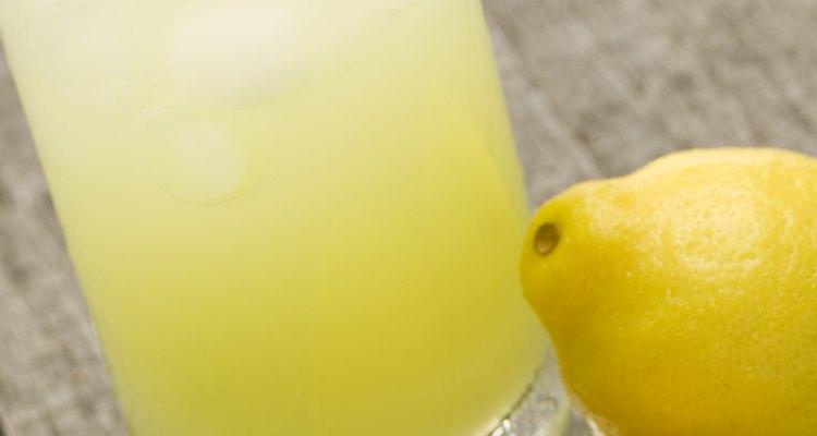 Vaso con jugo de limón.