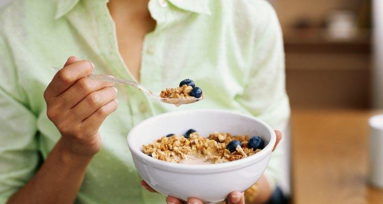Mulher comendo cereal