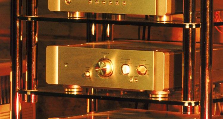 Um pré-amplificador se conecta ao amplificador
