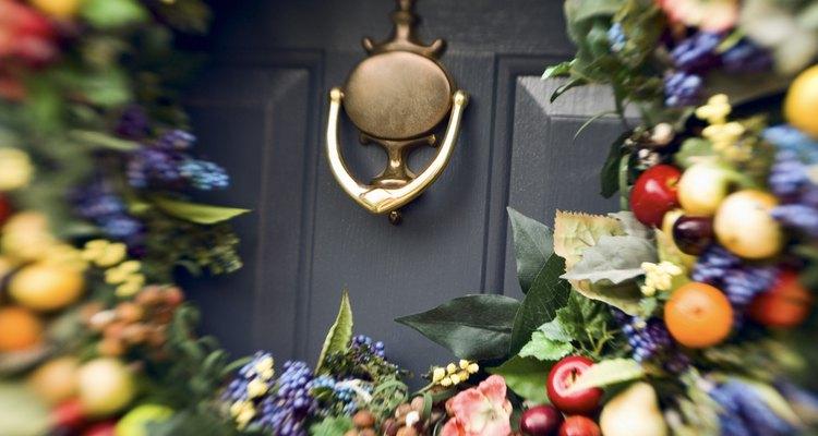 Não cubra o olho mágico ou a maçaneta da porta com a guirlanda