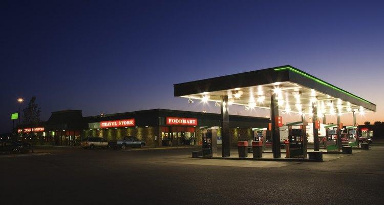 Puedes conseguir empleo en un gasolinera.