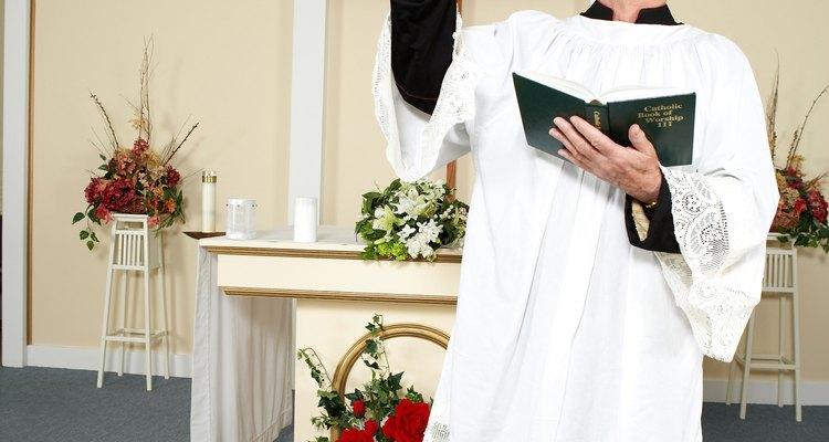 El sobrepelliz es decorado con puntilla y bordados. Se usan encima de una sotana.