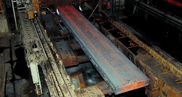 La cascarilla se puede remover del hierro y del acero con el proceso de decapado.