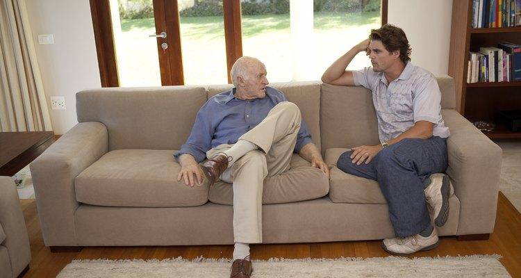 Homens conversando no sofá